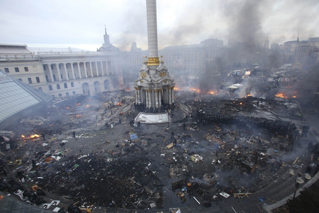 The Ukrainian Civil Conflict: An aerial view shows Independence Square during clashes between anti-government protesters and Interior Ministry members and riot police in central Kiev February 19, 2014. Image Source: darkroom.baltimoresun.com