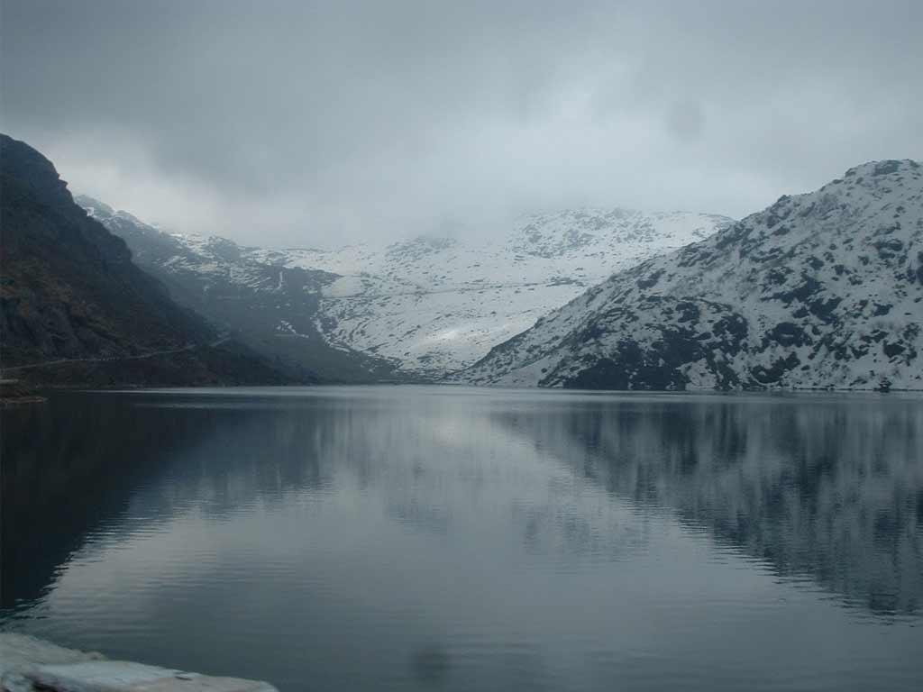 Image source: https://dooarsecoviillege.files.wordpress.com/2013/11/72c96-gangtok-lake.jpg